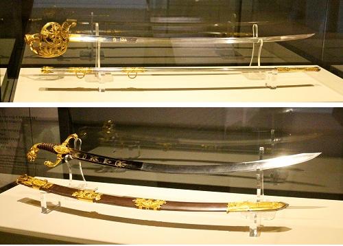 (위부터)1800년대 제작으로 추정되는 부테의 명품 도검과 마렝고식 도검. 황실 제조사의 수석 장인인 부테가 만들었다. 금도금이 된 황동으로 만든 희귀한 장교 명품 도검으로, 손잡이는 세공된 상어 가죽으로 꾸며졌다. 크기는 113.5㎝ × 2.4㎝.  마렝고식 도검은 나폴레옹 황제가 장성급에게 상으로 수여했으며, 청동 장식에 손잡이는 양가죽으로 사자의 머리를 형상화했다. 103㎝ × 5.2㎝.