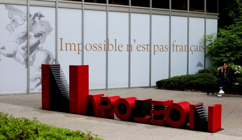 갤러리 외관 벽에는 'Impossible n'est pas français'가 새겨져 있다. 직역하면 '불가능은 프랑스 말이 아니다'지만 통상 '내 사전에 불가능이란 없다'로 쓰인다. 벽 바로 앞에는 나폴레옹의 상징인 빨간색으로 Napoleon 조형물이 설치됐다.